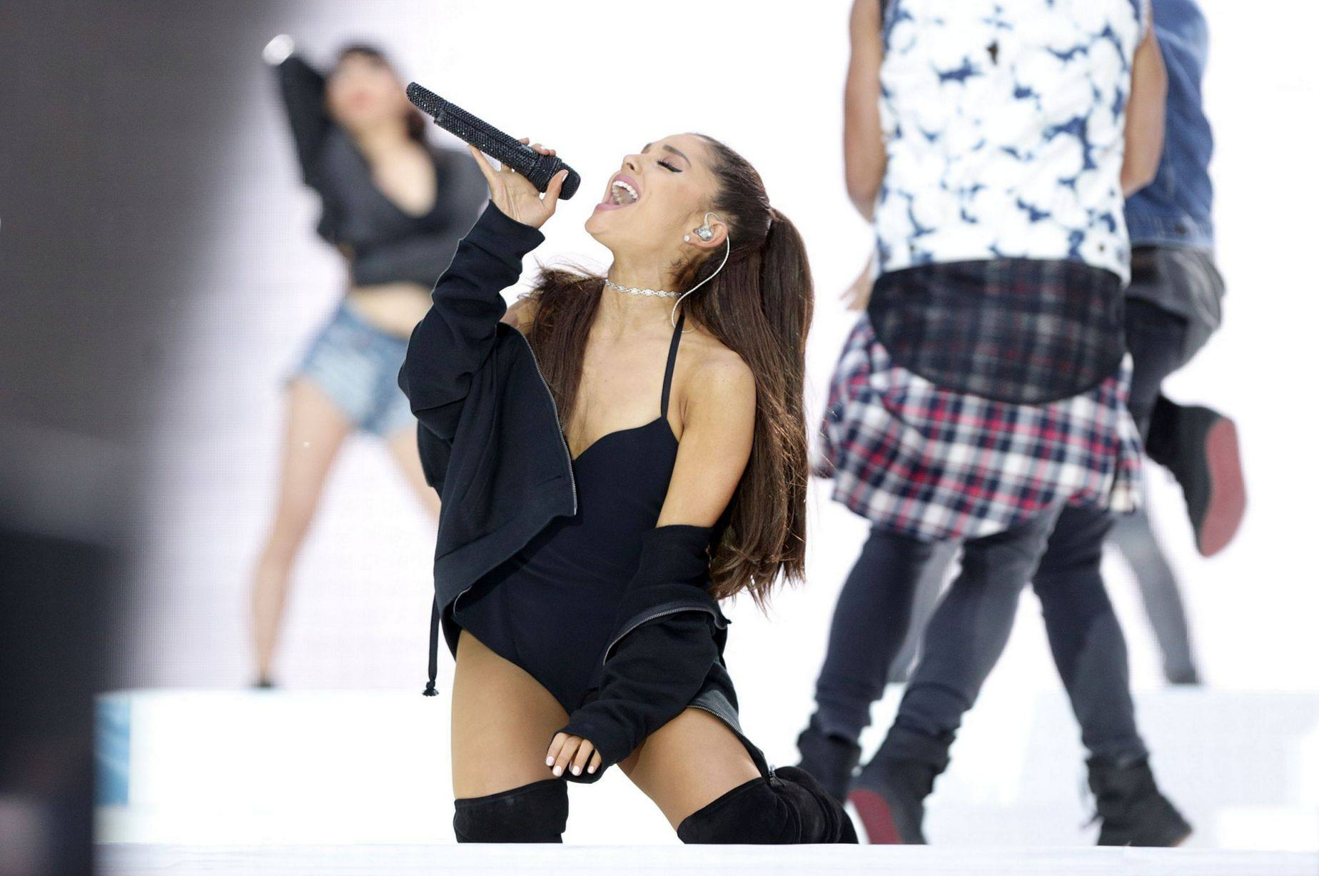 Ariana-Grande-performs